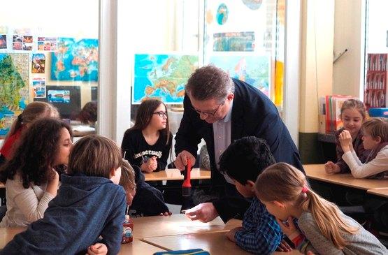 Ekkehard Boden beim Energieunterricht in Neuss
