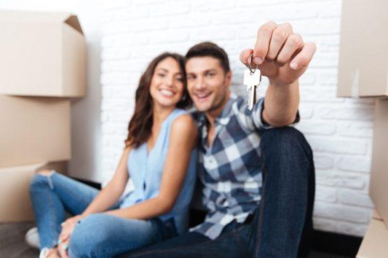 Paar mit Wohnungsschlüssel