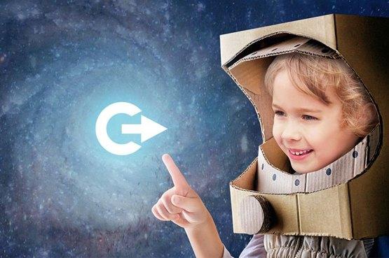 Kind mit gebasteltem Astronautenhelm