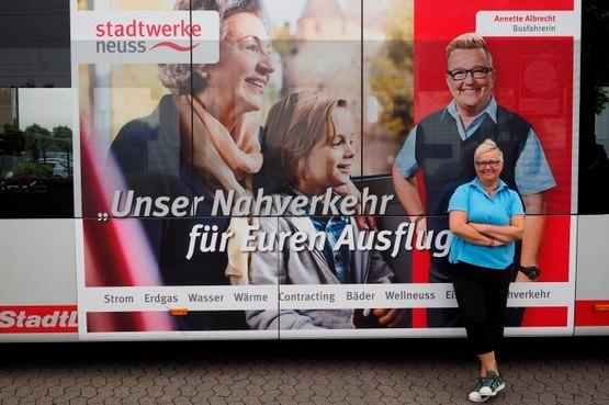 Stadtwerke-Busfahrerin Annette Albrecht vor ihrem Bus