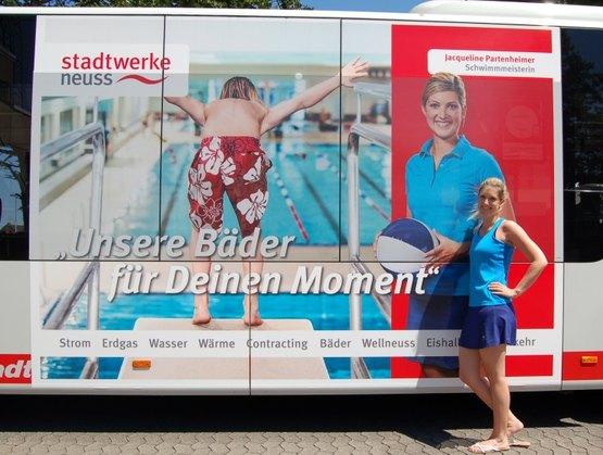 Schwimmeisterin im Südbad auf Busplakat