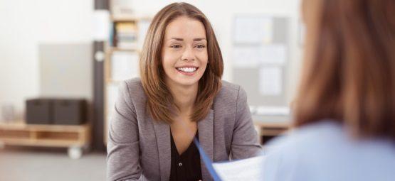 Frau im Bewerbungsgespräch