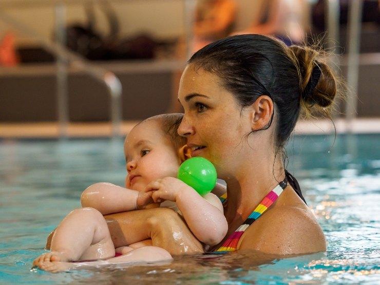 Mutter beim Babyschwimmen
